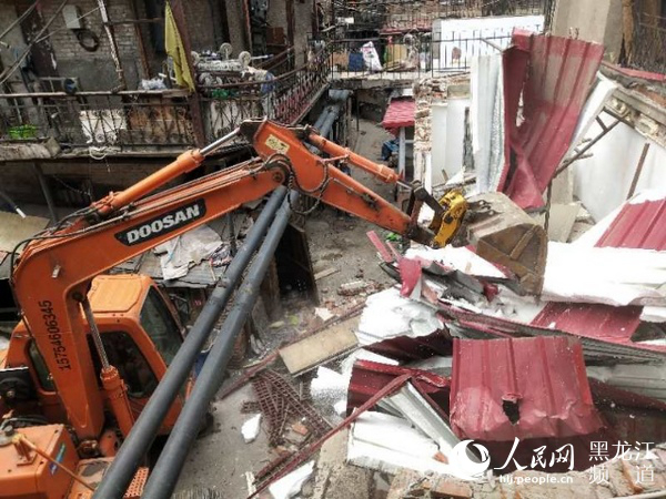 Daoli demolishes illegal structures to improve living environment